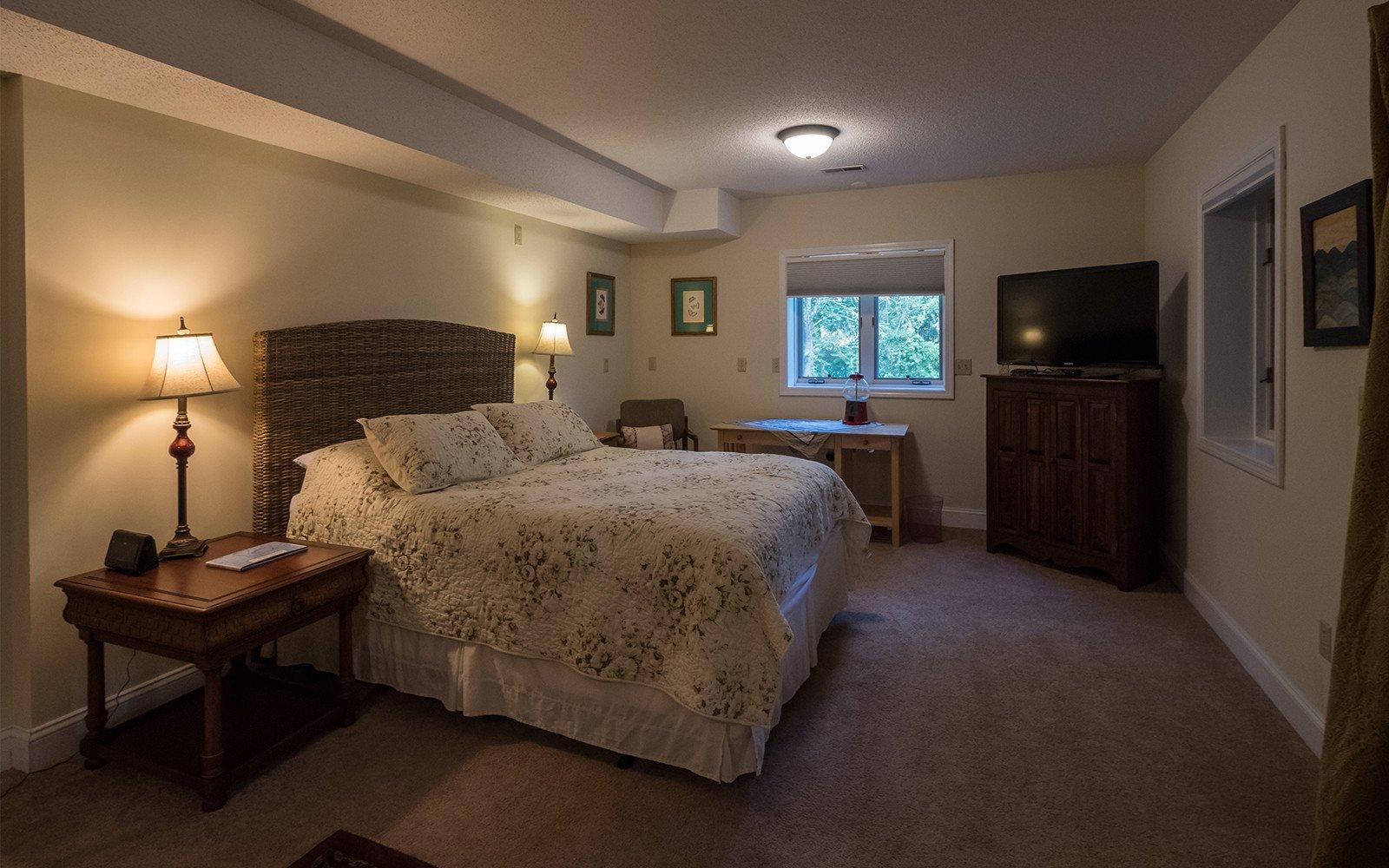 Bonus room Queen bed
